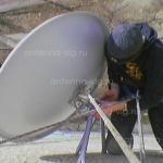 HOT BIRD, тарелка 0,9 м. Устанвливает промышленный верхолаз. Волгоград, Краснооктябрьский район